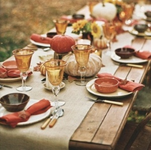 30-Outdoor-Thanksgiving-Dinner-Décor-With-wooden-table-and-pumpkin-ornament-and-tableware-design - Copy